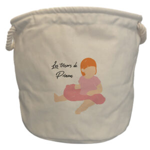 Sac à jouets fille rousse assise