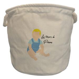 sac-à-jouets-garçon-blond-assis